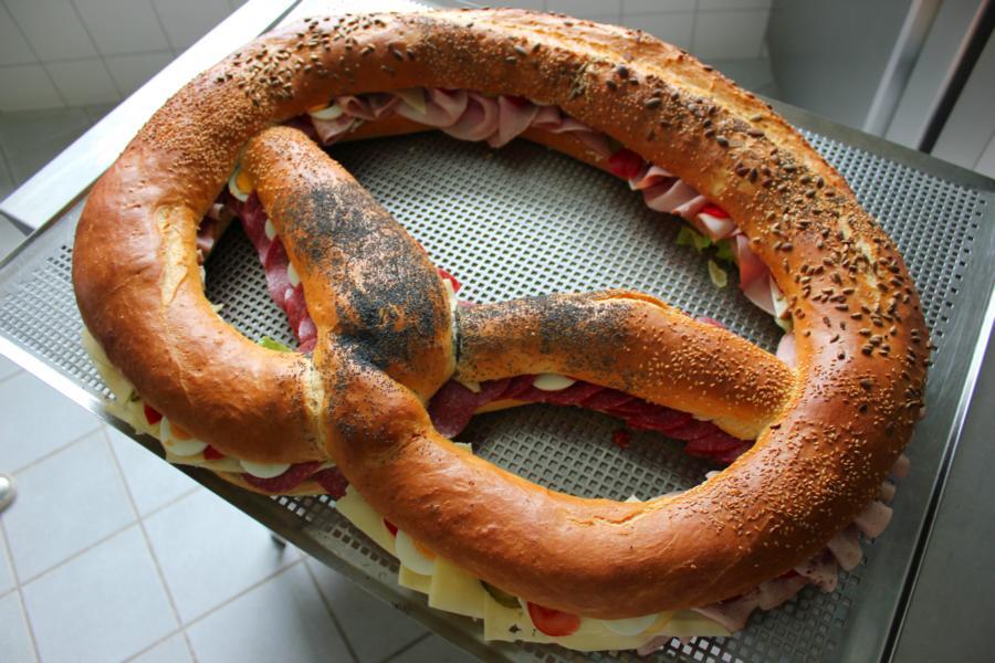 Große Bretzel - Wurst & Käse