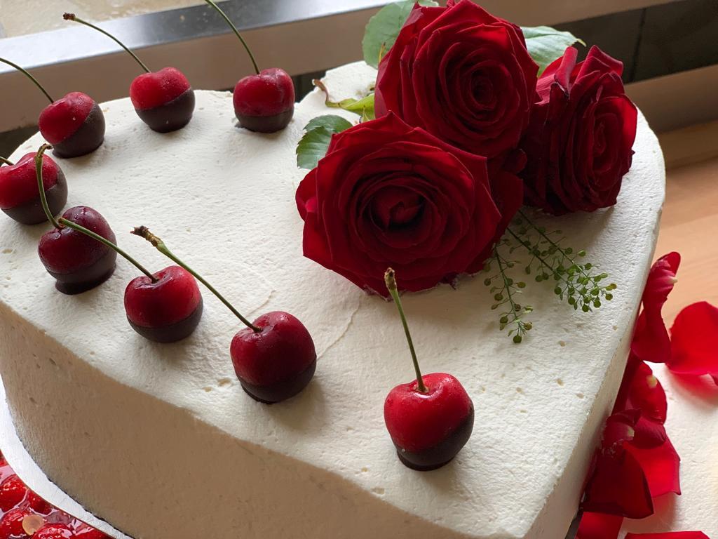 Dreistöckige runde Hochzeitstorte mit Sahne und Rosen - Gesamt